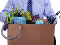 Un homme licencié de son entreprise prépare ses cartons