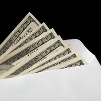 Enveloppe pleine de billets en dollars