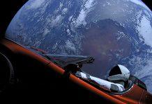 """SpaceX a lancé """"Falcon Heavy"""" dans l'espace et a mis en orbite une vraie voiture Tesla"""